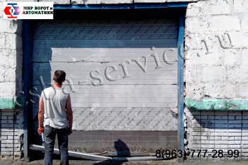 Фото замены уплотнителя на воротах. Ремонт секционных ворот в Балашихе